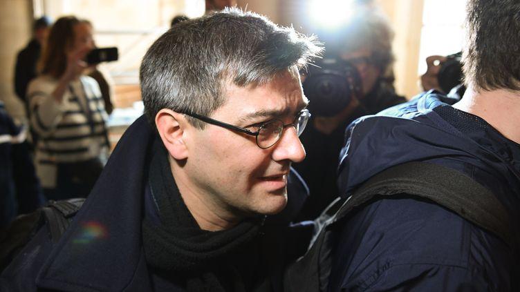 Julien Coupat arrive au tribunal de grande instance de Paris lors du premier jour du procès Tarnac, le 13 mars 2018. (ALAIN JOCARD / AFP)