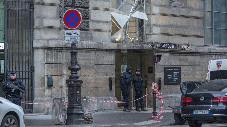 Des policiers devant l'entrée du Carrousel du Louvre, à Paris, le 3 février 2017, le jour où quatremilitaires du dispositif Sentinelle ont été attaqués par un homme armé. (JULIEN MATTIA / NURPHOTO / AFP)