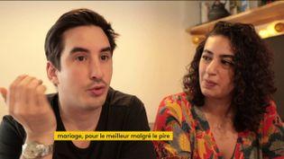 """Un couple n'a pas accepté de reporter son mariage à cause du confinement lié à la crise du coronavirus. Ils se sont alors dits """"oui"""" et ont fêté leur union de manière originale. (FRANCEINFO)"""