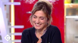 """La comédienne et compagne de François Hollande Julie Gayet sur le plateau de """"C à vous"""" à France 5 (FRANCE 5)"""