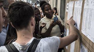 Des élèves découvrent les résultats du baccalauréat au lycée Ampère, à Lyon (Rhône), le 7 juillet 2015. (JEAN-PHILIPPE KSIAZEK / AFP)