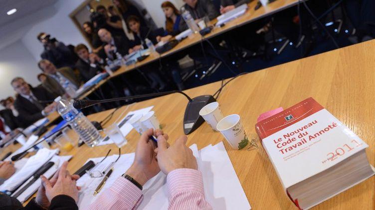 Une édition du code du travail est posé sur la table tandis que syndicats et patronat négocientsur la réforme du marché du travail, vendredi 11 janvier 2013. (BERTRAND GUAY / AFP)