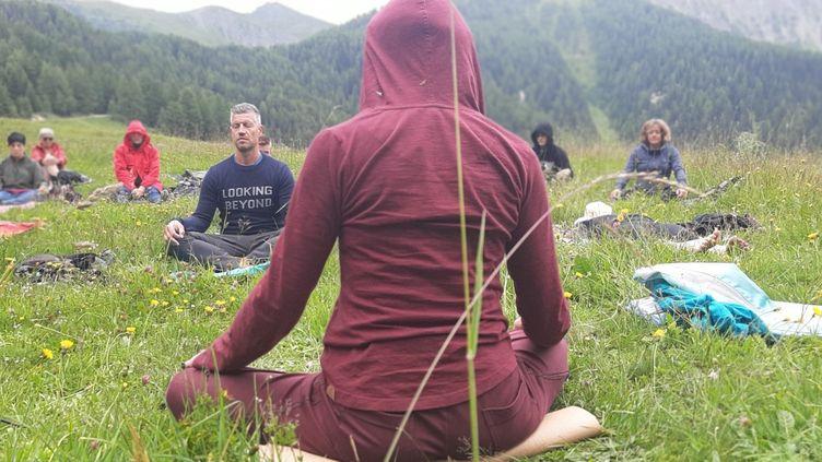 En Savoie, l'expérience d'une méditation active avec les randos-yoga. (VALENTIN DUNATE / RADIO FRANCE)