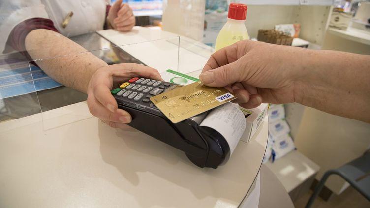Une personne effectue un paiement sans contact dans une pharmacie à Quimper (Finistère), le 7 avril 2020. (MAXPPP)
