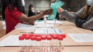 Des flacons pour effectuer des tests salivaires, à Toulouse, le 23 mars 2021. (FREDERIC SCHEIBER / HANS LUCAS / AFP)