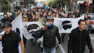 Des Corses participent à une manifestation, à Ajaccio, le 27 décembre, après l'agression de pompiers dans un quartier sensible de la ville. (YANNICK GRAZIANI / AFP)