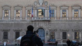 L'entrée du Palais Farnèse, siège de l'ambassade française à Rome (Italie), le 7 février 2019. (TIZIANA FABI / AFP)