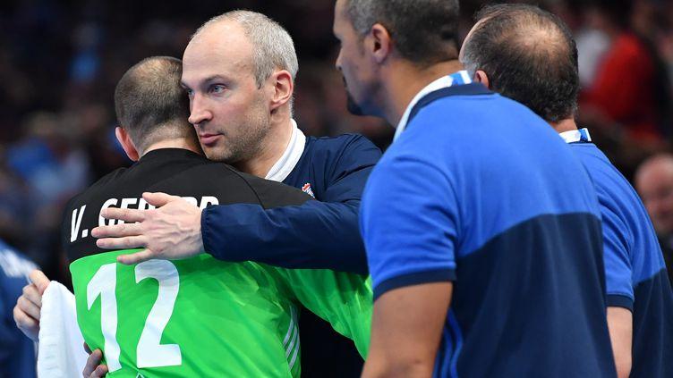 Vincent Gérard et Thierry Omeyer enlacés, sous les yeux de Didier Dinart, après la qualification des Bleus pour la finale du Mondial. (MUSTAFA YALCIN / ANADOLU AGENCY)