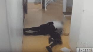 Les images de vidéosurveillance du TGI de Paris montrent un fonctionnaire de police s'en prendre violemment à un prévenu. (LA BAS SI J'Y SUIS)