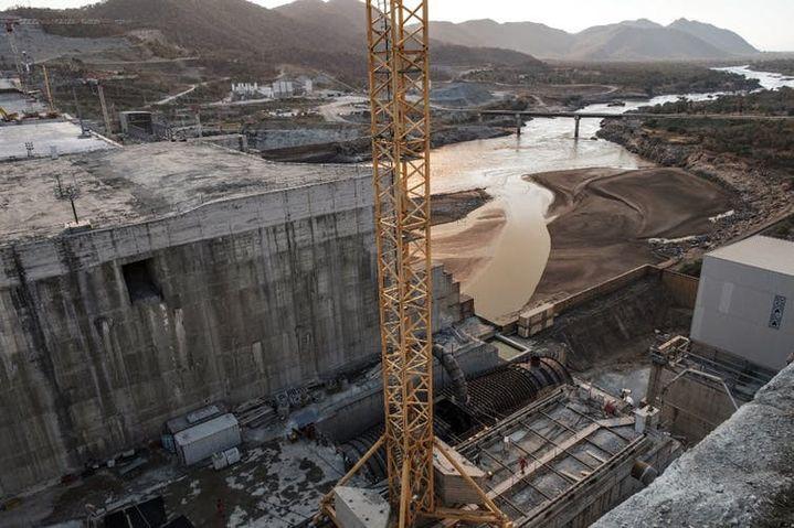 Construction du Grand barrage de la Renaissance éthiopienne (GERD), près de Guba en Ethiopie, le 26décembre 2019. Le Grand barrage éthiopien de la Renaissance, un ouvrage de 145mètres de haut et de 1,8kilomètre de long, doit devenir la plus grande centrale hydroélectrique d'Afrique.  (EDUARDO SOTERAS/AFP)