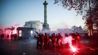 """Des affrontements ont éclatés entre des manifestants et les forces de l'ordre en marge de la manifestation à Paris contre la proposition de loi sur la """"sécurité globale"""" notamment place de la Bastille, le 28 novembre 2020. (CHRISTOPHE PETIT TESSON / EPA)"""
