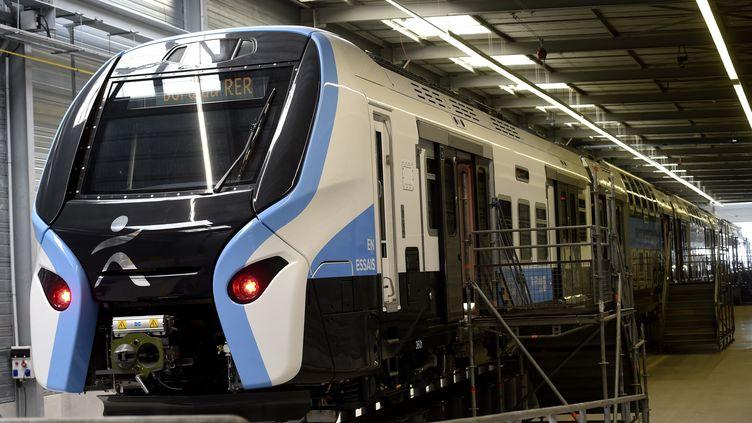 Une rame du nouveau modèle du RER, qui sera progressivement mis en service à partir de 2021. (FRANCOIS LO PRESTI / AFP)