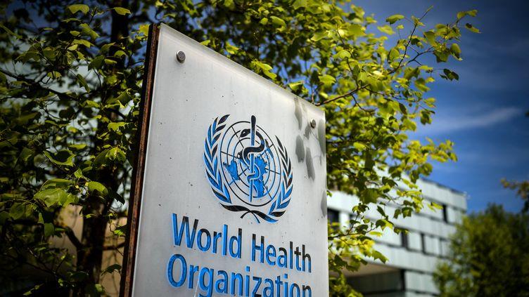 Un panneau de l'OMS, le 8 mai 2021 à Genève, en Suisse. (FABRICE COFFRINI / AFP)