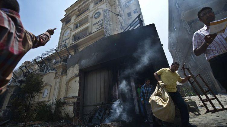 Des opposants au président Morsi envahissent le siège des Frères musulmans, lundi 1er juillet au Caire (Egypte). (KHALED DESOUKI / AFP)