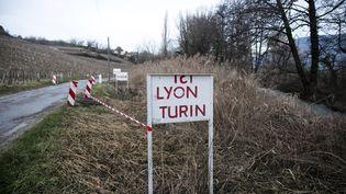 Des panneaux matérialisent le probable tracé de la future ligne ferroviaire transalpine entre Lyon et Turin, le 6 janvier 2018. (MAXPPP)