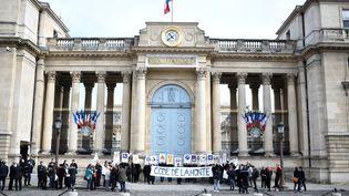 Des militants de la Cimade, association de défense des étrangers, manifestent devant l'Assemblée nationale à Paris contre le projet de loi asile et immigration, le 16 avril 2018. (STEPHANE DE SAKUTIN / AFP)