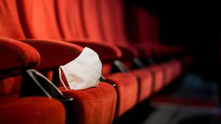 Un masque est posé dans un cinéma de Perpignan (Pyrénées-Orientales), le 19 juin 2020. (ST?PHANE FERRER YULIANTI / HANS LUCAS / AFP)