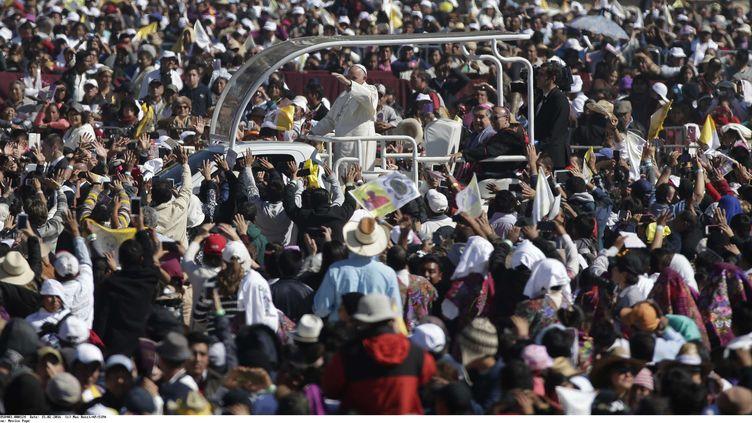 Le pape François salue la foule à son arrivéeà San Cristobal de las Casas (Mexique) le 15 février 2016. (MAX ROSSI / AP / SIPA)