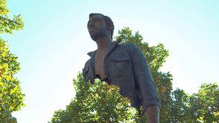 """Cinq sculptures de la série """"Les Voyageurs"""" de Bruno Catalano exposées à Lunéville (France 3 Grand Est)"""