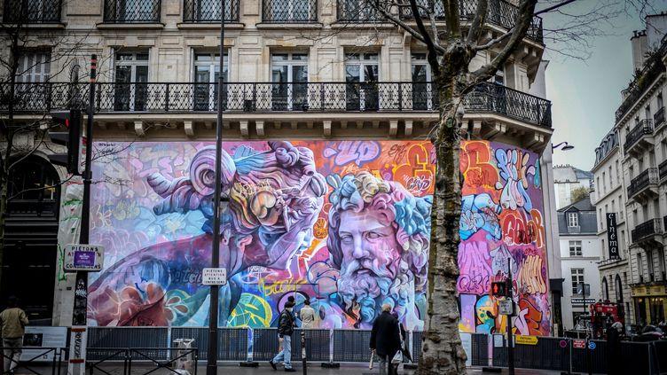 Fresque représentantPoséidon aux côtés d'une Néréïde,peinte par le duo d'artistes de rue espagnol PichiAvo sur un mur du boulevard Saint-Michel à Paris. (STEPHANE DE SAKUTIN / AFP)