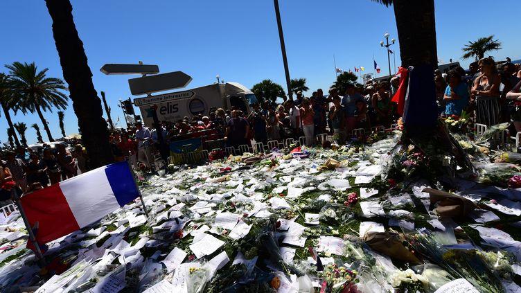 Des messages et des fleurs sont déposés en hommage aux victimes de l'attentat à Nice (Alpes-Maritimes), le 16 juillet 2016. (GIUSEPPE CACACE / AFP)