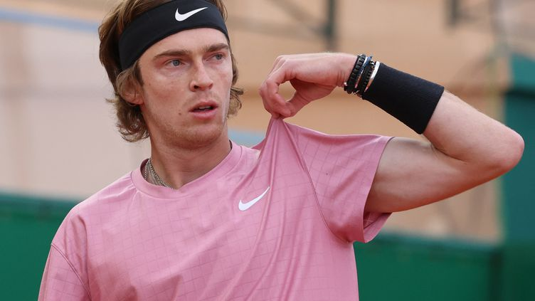 Andrey Rublev contre Rafael Nadal à Monte-Carlo, le 16 avril 2021. (VALERY HACHE / AFP)