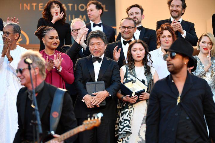 """Sting et Shaggy cont clos le 71e Festival de Cannes avec un """"Message in a bottle"""" remanié devant l'ensemble des lauréats et du jury de cette édition.  (ALBERTO PIZZOLI / AFP)"""