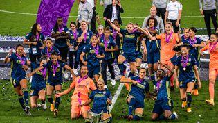 Les joueuses de l'OL célèbrent leur victoire le 30 août 2020. (ANTOINE MASSINON / A2M SPORT CONSULTING / AFP)