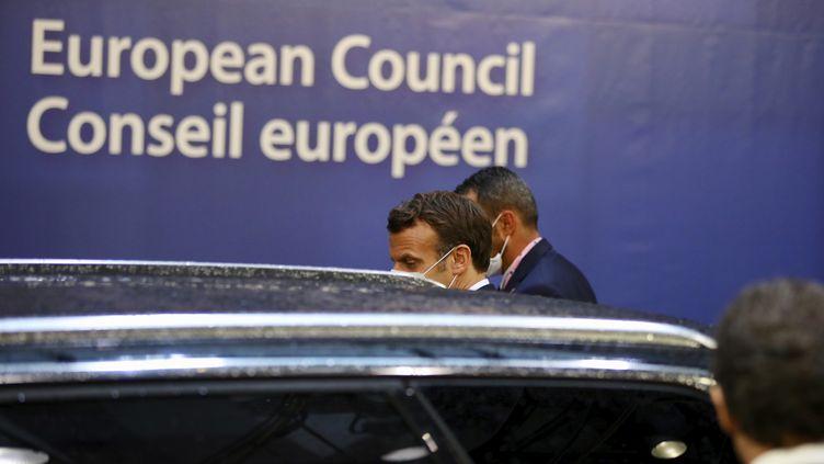 Emmanuel Macron quitte le Conseil européen après une nuit de discusions entre les 27 chefs d'Etats de l'Europe, à Bruxelles, le 20 juillet 2020. (OLIVIER MATTHYS / POOL)