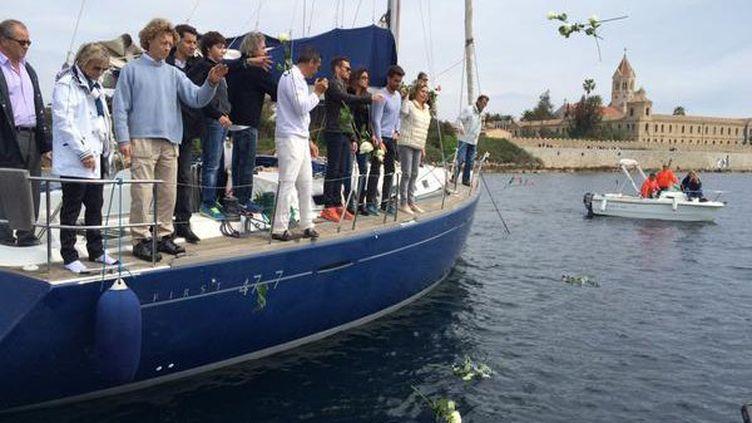 Au large de l'île Saint-Honorat, dans la baie de Cannes, un hommage a été rendu par les proches de la navigatrice avec des roses blanches jetées à la mer . (FRANCE 3 CÔTE D'AZUR )