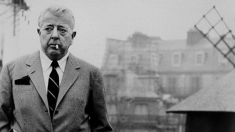 Jacques Prévert (1900-1977) sur sa terrasse, derrière le Moulin Rouge à Paris.  (OZKOK/SIPA)