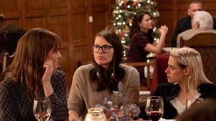 "Clea DuVall, Mackenzie Davis, Kristen Stewart dans ""Ma belle-famille, Noël et moi"" (© 2020 CTMG, Inc. All Rights Reserved)"