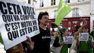 Des manifestants opposés au CETA le 16 juillet 2019 à Paris. (PHILIPPE LOPEZ / AFP)