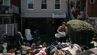 Un habitant du quartier du Queens évalue les dégâts provoqués par le passage des suites de l'ouragan Ida, le 2 septembre 2021 à New York (Etats-Unis). (SCOTT HEINS / GETTY IMAGES NORTH AMERICA / AFP)