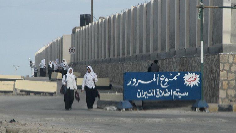 Des écolières dans des rues d'Al Arich (Egypte), le 17 novembre 2014. (STR / AFP)