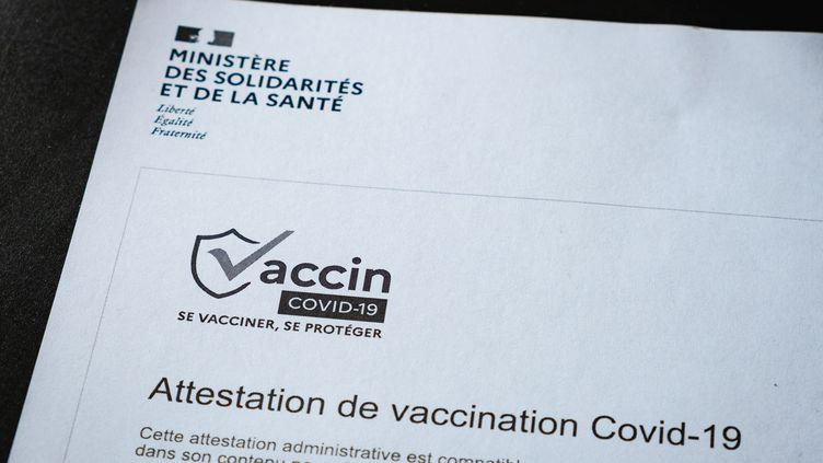 Une attestation de vaccination contre le Covid-19, le 21 mai 2021 (illustration). (LEO PIERRE / HANS LUCAS)