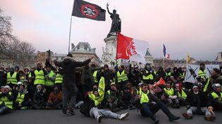 Des manifestants sont assis place de la République à Paris, le 2 février 2019. (ZAKARIA ABDELKAFI / AFP)