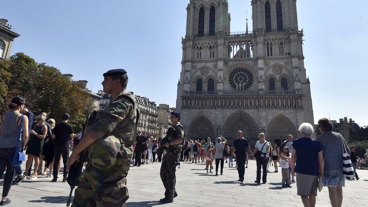 Une voiture contenant plusieurs bonbonnes de gaz a été retrouvée dans la nuit de samedi 3 au dimanche 4 septembre 2016, à proximité de la cathédrale Notre-Dame àParis. (ALAIN JOCARD / AFP)