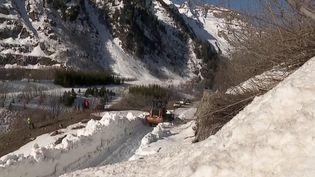 Pour accueillir le printemps sur lecol de la Croix-de-Fer, en Isère, il faut déneiger certaines routes. (CAPTURE ECRAN FRANCE 3)