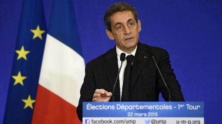 Le président de l'UMP, Nicolas Sarkozy, prononce un discours à l'issue du premier tour des élections départementales, le 22 mars 2015. (DOMINIQUE FAGET / AFP)
