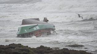 Le bateau naufragé de la SNSM aux Sables-d'Olonne (Vendée), le 7 juin 2019. (SEBASTIEN SALOM-GOMIS / AFP)