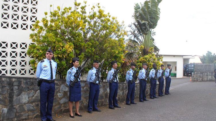 Des gendarmes attendent la visite du ministre de l'Intérieur, à Mamoudzou, à Mayotte, le 5 mars 2017. (ORNELLA LAMBERTI / AFP)