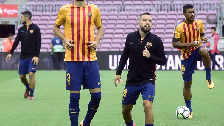 Le défenseur du FC Barcelone Gérard Piqué, à gauche, lors de l'entraînement de son club avant un match à domicile contre Las Palmas, le 1er octobre 2017, jour du référendum sur l'autodétermination de la Catalogne. (JOSE JORDAN / AFP)