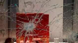 Des vitrines endommagées, le 25 novembre 2018 sur les Champs-Elysées. (FRANCOIS GUILLOT / AFP)