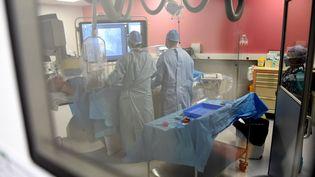Un patient ayant contracté le Covid-19 à l'hôpital de Valenciennes (Nord), le 5 mai 2020. (FRANCOIS LO PRESTI / AFP)