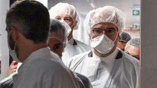 Le Premier ministre Jean Castex, lors de sa visite à l'unité de soins intensifs de l'hôpital Edouard Herriot à Lyon (Rhône), le 10 avril 2021. (PHILIPPE DESMAZES / AFP)
