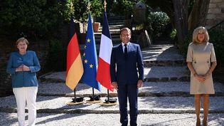 Angela Merkel reçue par Emmanuel Macron et son épouse Brigitte Macron au fort de Brégançon à Bornes-les-Mimosas, le 20 août 2020. (CHRISTOPHE SIMON / AFP)