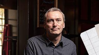 Cédric Lavignac, photographié dans son restaurant Hyde Park, le 29 novembre 2020 à Voiron (Isère). (QUENTIN HOUDAS / JESSICA KOMGUEN / FRANCEINFO)