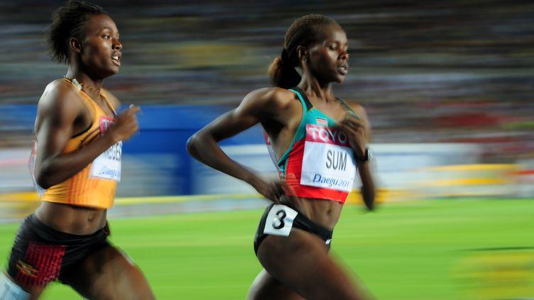L'Ougandaise Annet Negesa (à g.) et la Kényane Eunice Jepkoech Sum lors des demi-finales du 800 mètres féminin lors des championnats du monde d'athlétisme à Daegu, le 2 septembre 2011. (MARK RALSTON / AFP)