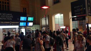 Des voyageurs patientent à la gare Saint-Charles à Marseille, le 24 août 2018. (CAMILLE LAURENT/RADIOFRANCE)